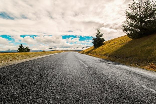 道路上の曇りの日