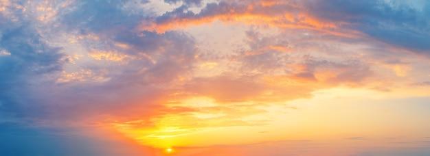 일몰 또는 새벽에 주황색 태양과 흐린 극적인 하늘