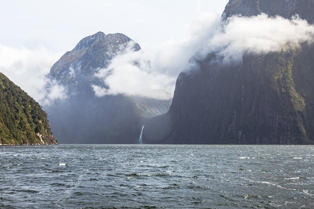 Облачный пейзаж с заснеженными горами в новой зеландии
