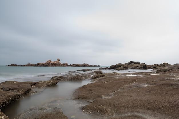 흐린 아침, 바닷물, 암초 및 섬