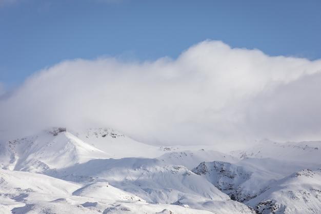 曇りの山の風景