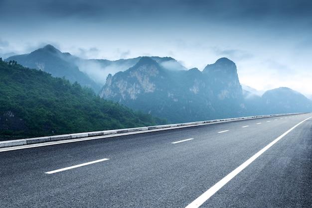 曇りの山々と高速道路の風景
