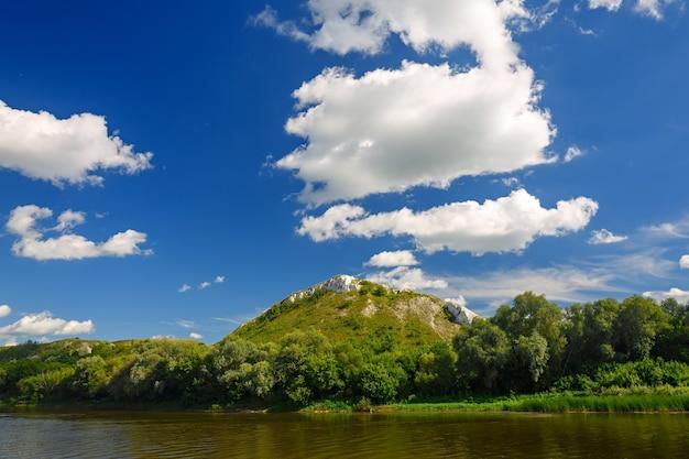 산에서 강 위의 흐린 하늘