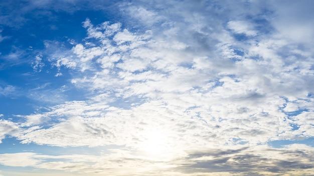 Облачное небо и яркое солнце панорама фоновое изображение