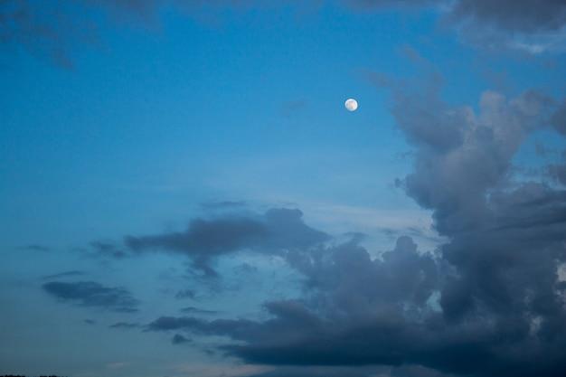 흐린 하늘과 달 저녁