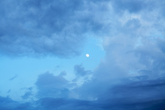 Облачное небо и луна вечером