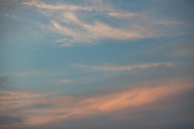 Cielo nuvoloso sullo sfondo della luce del giorno