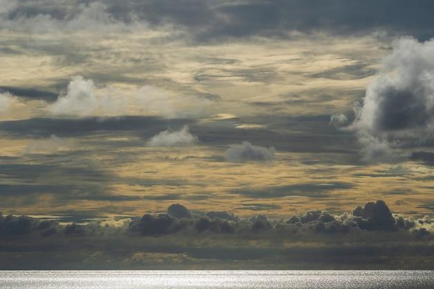 Облачное небо во время заката и морской воды на острове занзибар, танзания, восточная африка