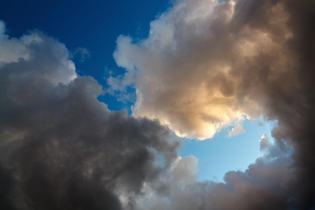 日没時の曇り空