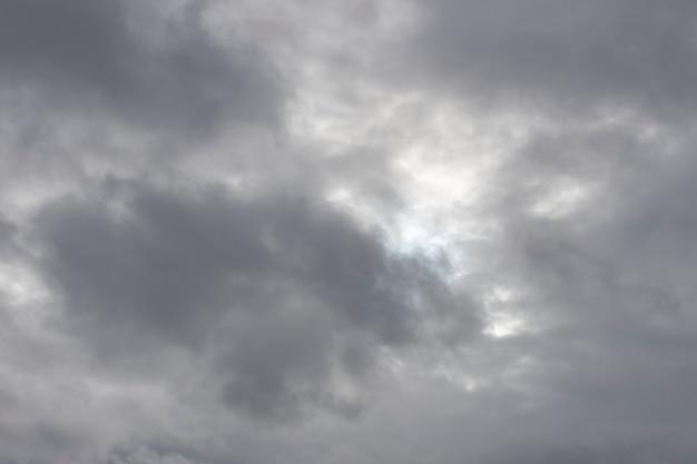 曇り空。憂鬱な天気。灰色の雲。高品質の写真
