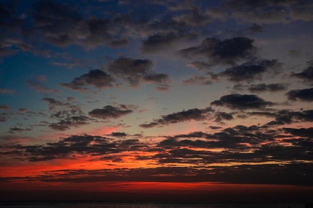 바다에서 일몰에 흐린 하늘