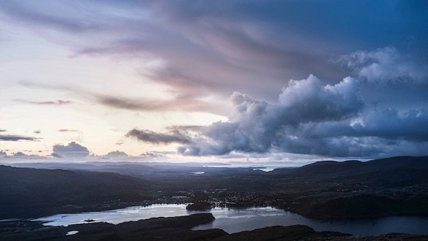 Облачное небо над городом острова скай, шотландия