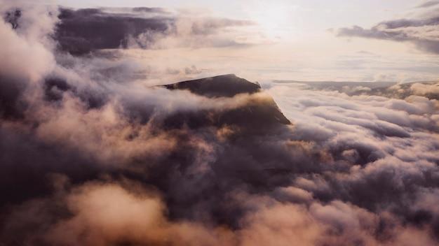 산 배경 위에 흐린 하늘