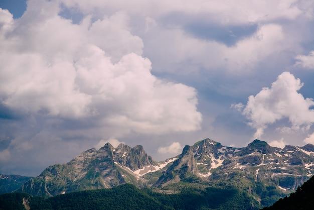 산 봉우리 위에 흐린 하늘입니다. 몬테네그로