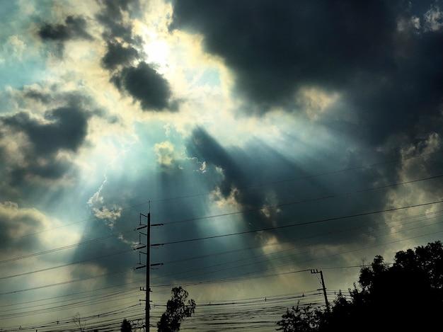 Облачное небо с солнечным лучом
