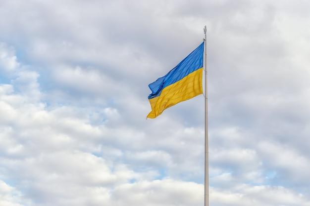 바람에 물결치는 우크라이나 국기와 함께 흐린 하늘.
