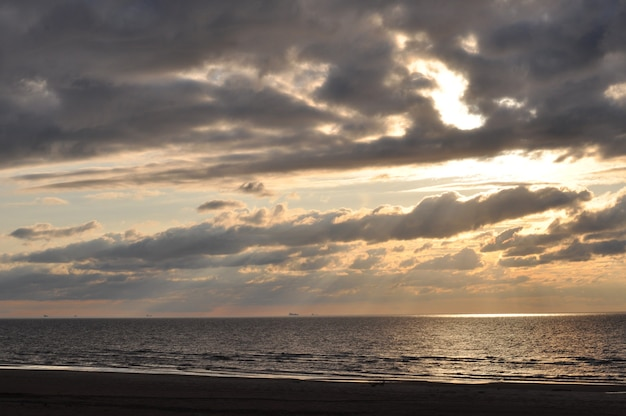 バルト海に沈む曇り。天からの光線のように見えます。