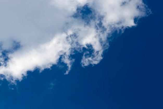 자연의 흐린 날씨, 맑은 날에는 구름이 많은 진짜 푸른 하늘