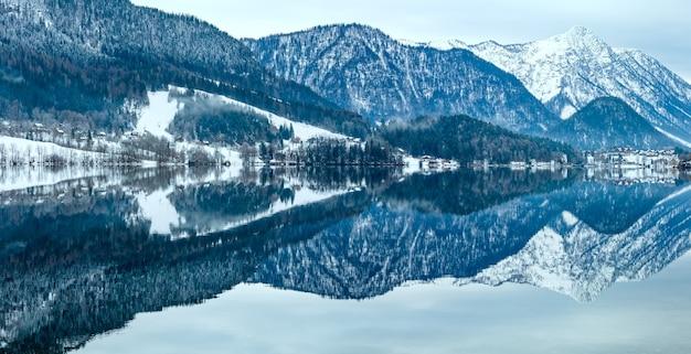 曇りの冬のアルプス湖グルントル湖のパノラマ(オーストリア)。水面に幻想的な模様が映っています。