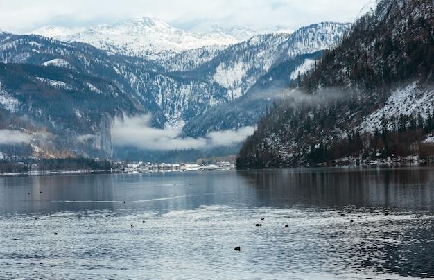 曇りの冬アルプス湖グルントル湖ビュー(オーストリア)