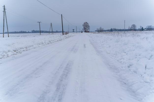 앞으로 이어지는 시골 도로의 흐린 겨울 날