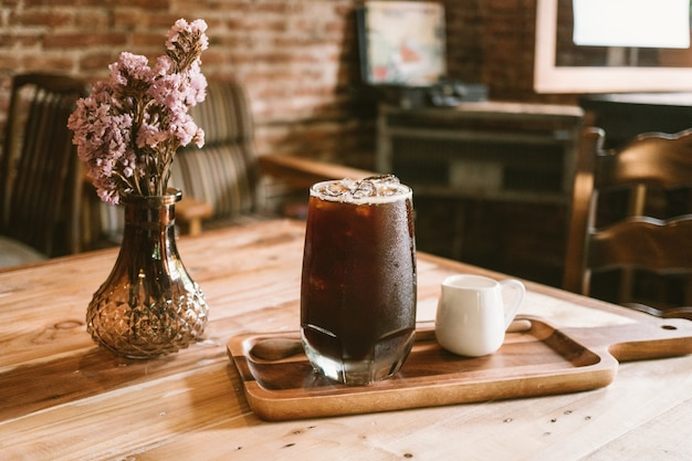 コーヒーショップの背景で新鮮な氷のコーヒー(寒いアメリカン)をclouse