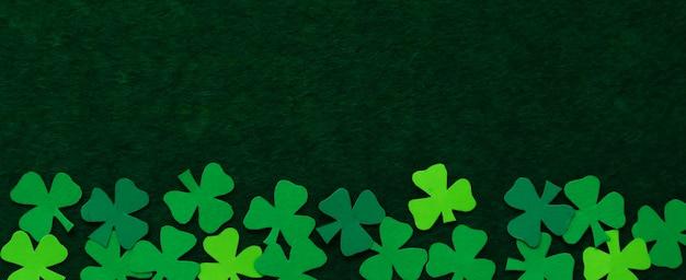 클로버 잎은 색종이로 자른다. 성 패트릭의 날 바탕 화면. 토끼풀은 행운의 상징입니다.