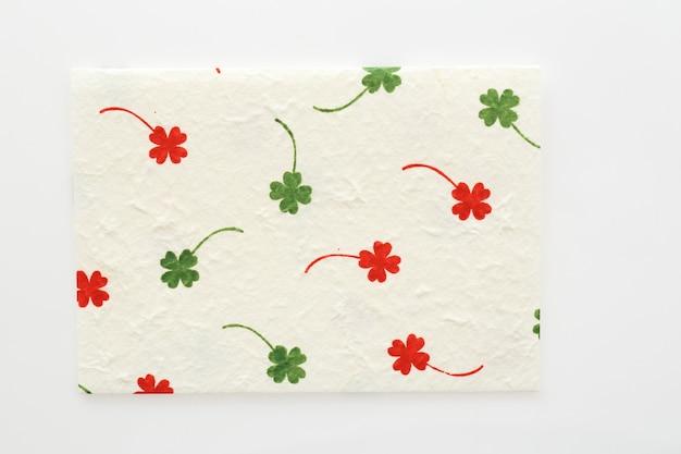 Клеверный лист на фоне текстуры бумаги тутового дерева