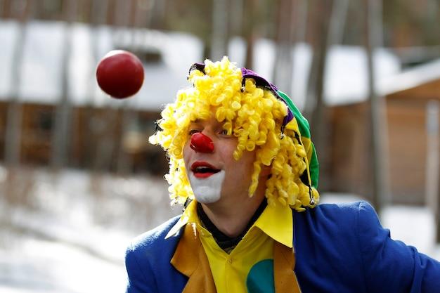 Клоун-жонглер. веселый клоун.