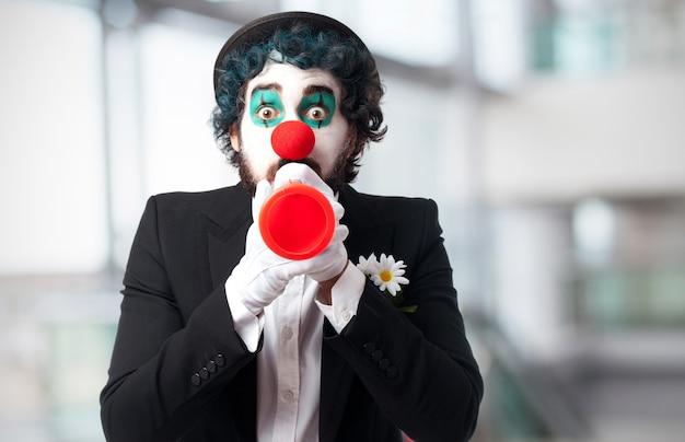 Клоун с игрушкой трубы