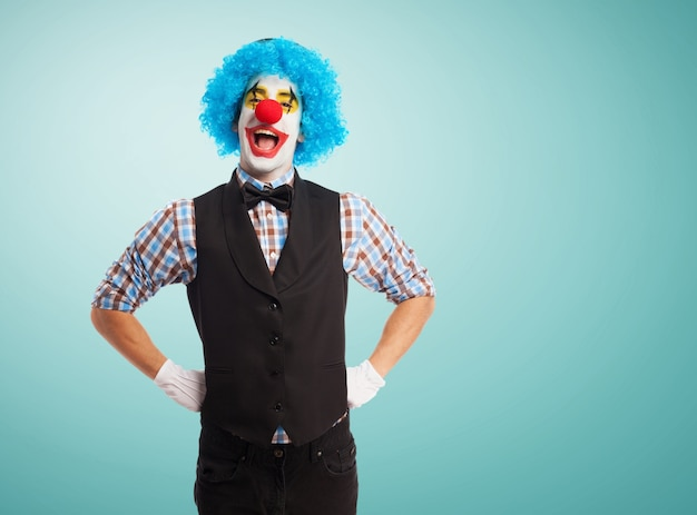 Клоун с руки на бедрах
