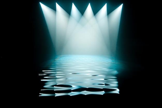 Клубный свет в бассейне