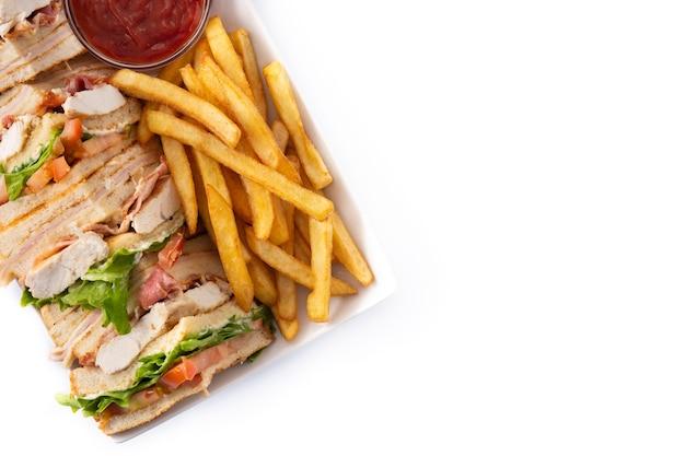 クラブサンドイッチと白い背景で隔離のケチャップソースとフライドポテト