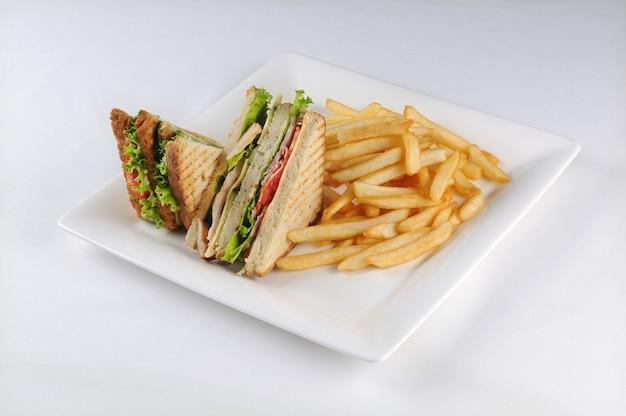 Club sandwich e patatine fritte