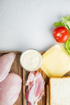 흰색 테이블에 클럽 샌드위치 재료