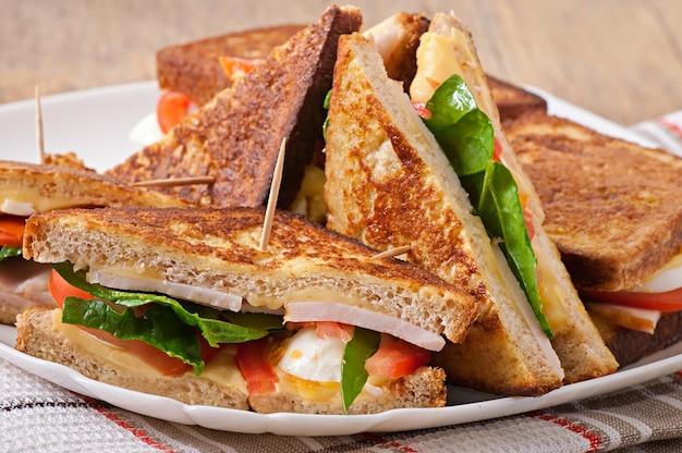 チキンとハムのクラブサンドイッチ