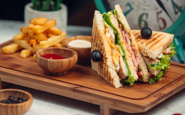 フライドポテトとソースのクラブサンドイッチ