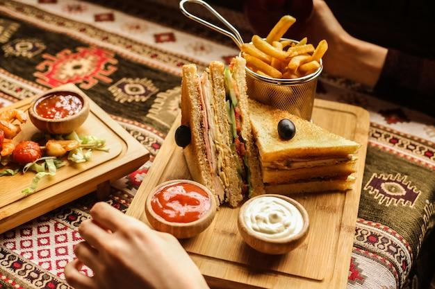 フライドポテトのクラブサンドイッチ