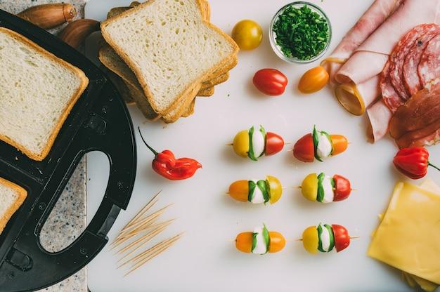 햄 살라미 소시지 훈제 쇠고기 치즈 양상추 arugula 토스트 샌드위치 준비 클럽 샌드위치