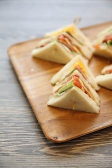 Клубный сэндвич с на деревянном фоне