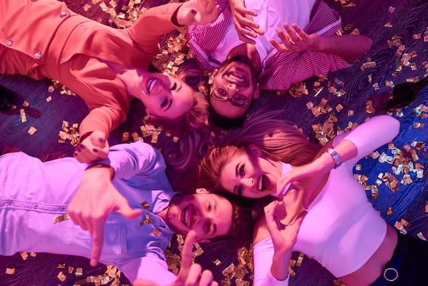 Clubbers на party floor