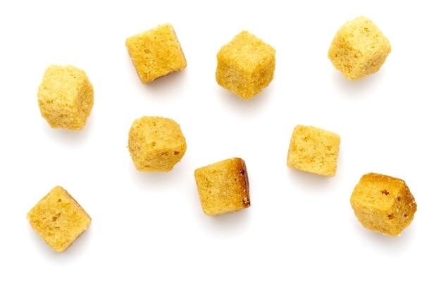 Сгруппируйте хрустящие гренки. кубики хлеба поджаренные и обжаренные в масле. изолированный белый фон