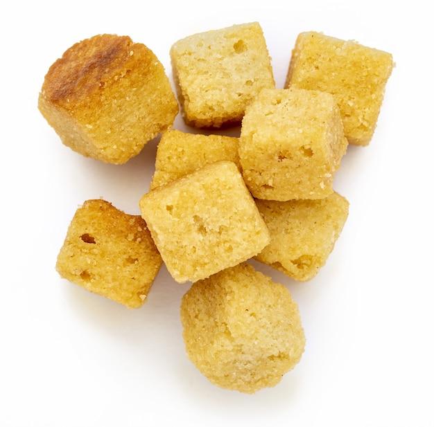 Кластерные хрустящие гренки. кубики хлеба поджаренные и обжаренные в масле. изолированный белый фон