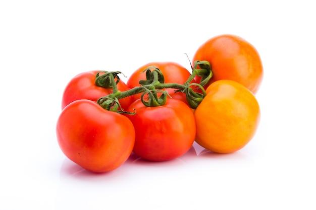 白い背景の上のフレッシュトマトのクラスター