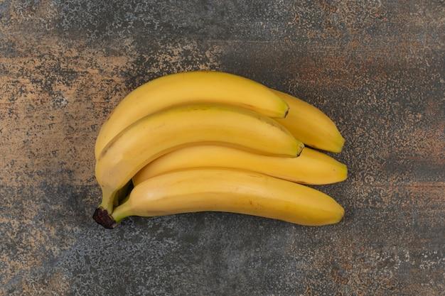 大理石の表面に熟したバナナのクラスター