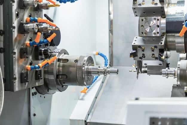Cnc旋盤またはcnc旋盤機械による鉄鋼金属自動車部品の切断機械プロセス。