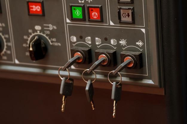 Панель управления чпу токарного станка. ключи. закройте вверх.