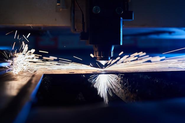Cnc лазерная резка металла крупным планом, современные промышленные технологии. малая глубина резкости