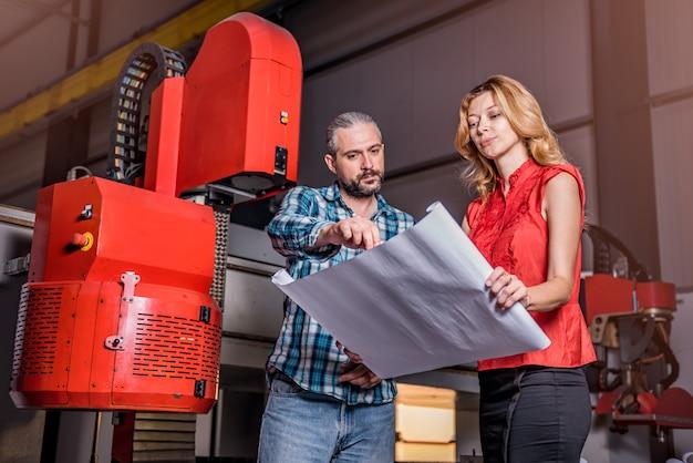 新しいcncプラズママシンのインストールをチェックするエンジニア