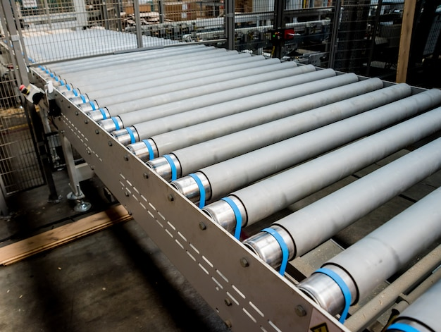 木製床工場の生産ライン。 cnc自動木工機械。